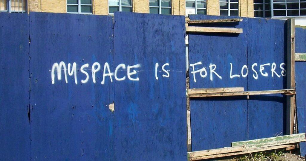 Ez a kelet-londoni felirat sajnos mindent elmond az egykor szebb napokat megélt MySpace közösségi oldalról (Fotó: Mark Skipper/Wikipedia)