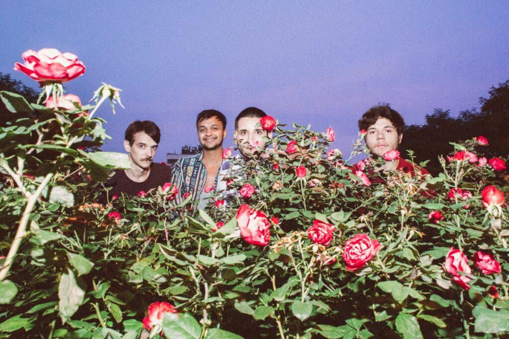 A Cataflamingo négyese, előtérben rózsák /// Fotó: Daniella Grinberg